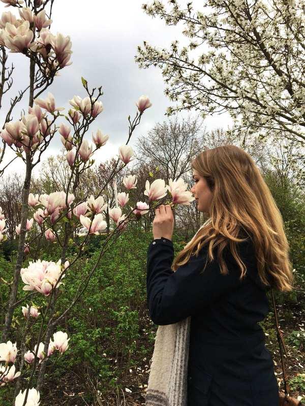 Ellen Louters bij een magnolia boom